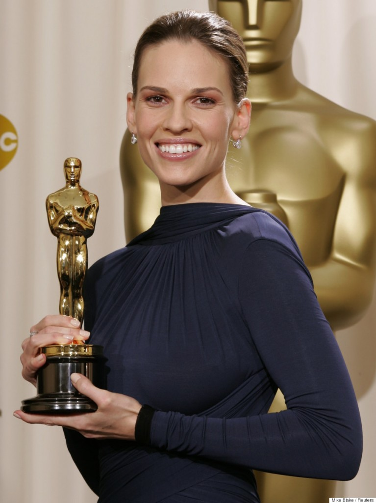 "Actress Hilary Swank poses with her Oscar statue at the 77th annual Academy Awards in Hollywood, February 27, 2005. Swank won the Academy Award for best actress, for her role in the film ""Million Dollar Baby."" REUTERS/Mike Blake Pictures of the month February 2005 Pictures of the Year 2005  JM"